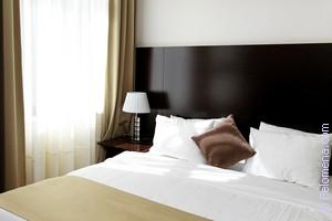 Сонник много кроватей в комнате с людьми