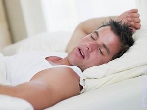 сне спящим мужчину видеть постели знакомого во